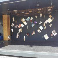 Knihy doslova viseli všade