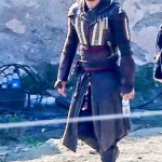 michael_fassbender_assassin_costume_02